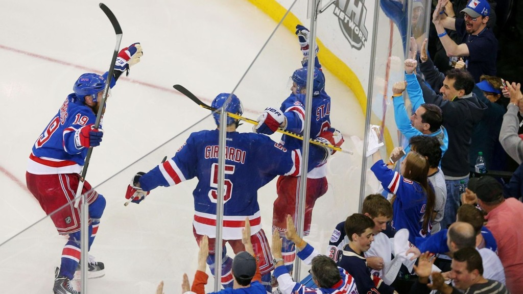 AVGJORDE: Martin St. Louis (til høyre) scoret vinnermålet da New York Rangers gikk opp i ledelsen 3-1 i kamper i semifinalen mot Montreal Canadiens.