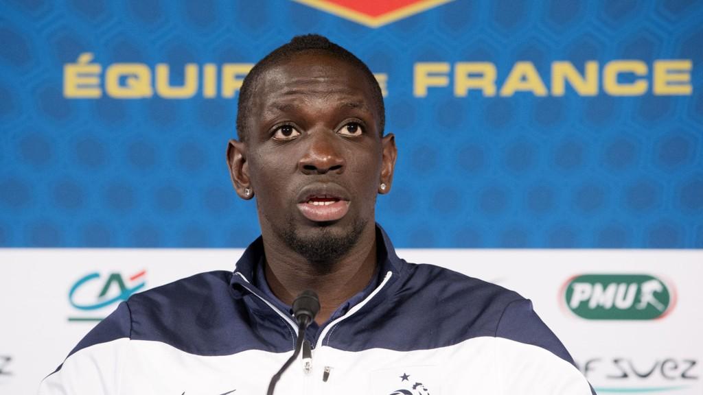 I sin forrige kamp på Stade de France scoret Mamadou Sakho to mål mot Ukraina og sendte Frankrike til VM. Tirsdag vender han tilbake som kaptein.
