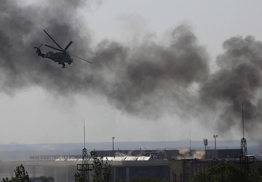 Svart røyk stiger opp fra flyplassen i Donetsk.