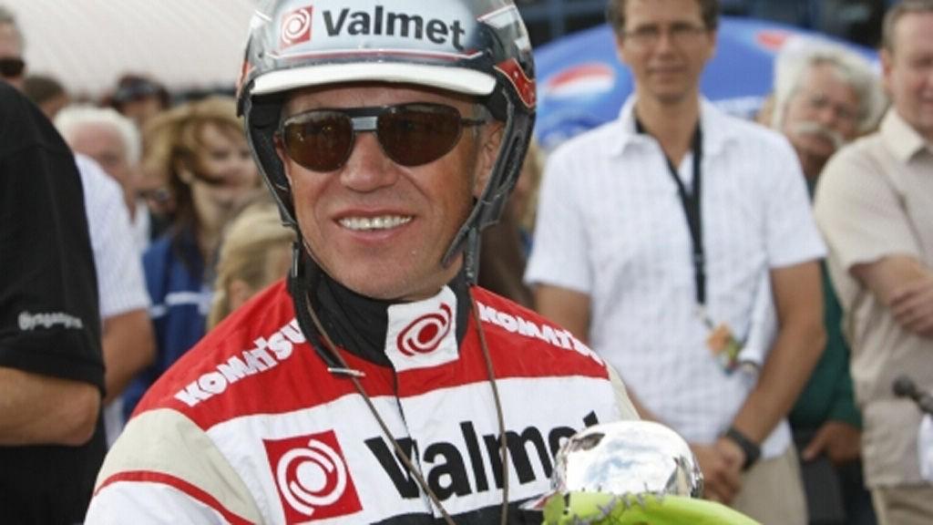 Ørjan Kihlstrøm sitter opp bak den ene av Nettavisens to jackpotbankere i V64-spillet fra Eskilstuna tirsdag.
