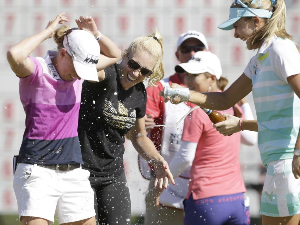 Lexi Thompson (til høyre) og Natalie Gulbis (i svart) er to av USAs representanter under årets Suzann Pro Challenge. Her spanderer duoen en dusj på Stacy Lewis etter en LPGA-turnering i Texas tidligere i måneden.
