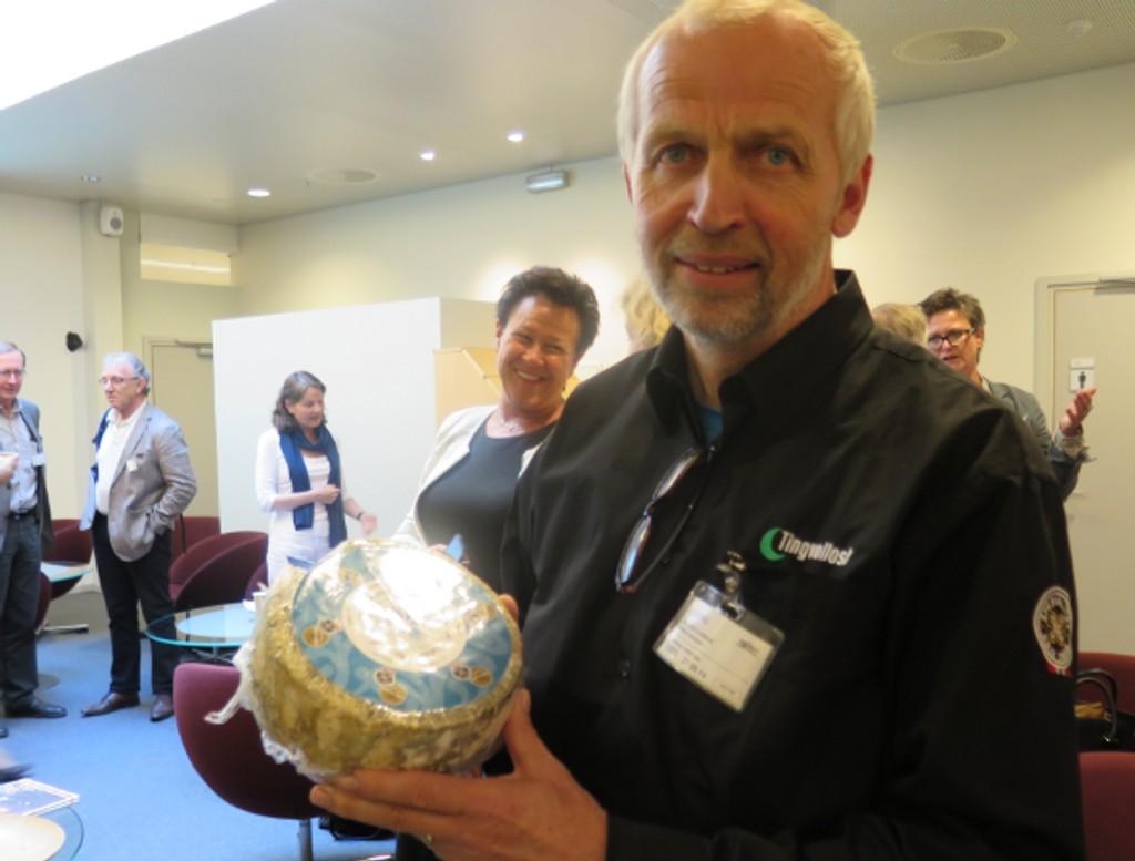 Nestleder Gunnar Waagen viser stolt frem sin blåmuggost fra Tingvoll.