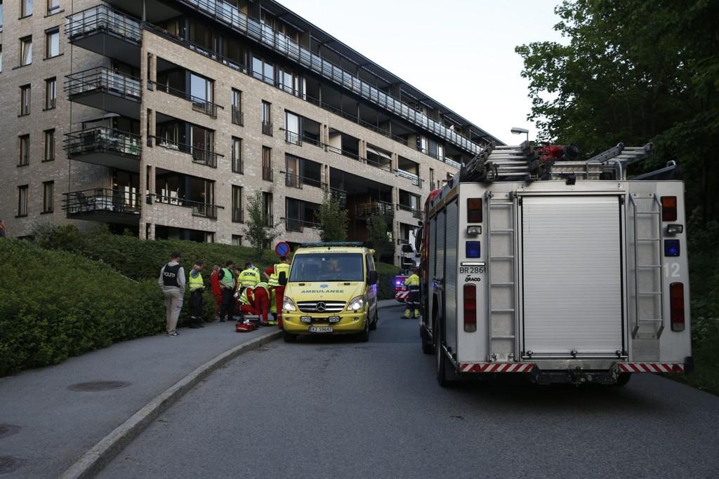 SKADD: En mann er kritisk skadd etter en brann i en leilighet på Lysaker Brygge i Bærum tirsdag kveld. Brannvesenet var raskt på plass og fikk kontroll over ilden. Foto: Terje Bendiksby / NTB scanpix