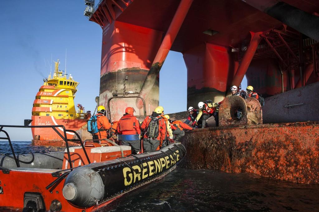 BORDET OLJERIGG: Greenpeace-aktivister fra åtte land bordet tirsdag en oljerigg i Barentshavet i protest mot prøveboring nær Bjørnøya. Uansvarlig og ulovlig, mener Statoil.