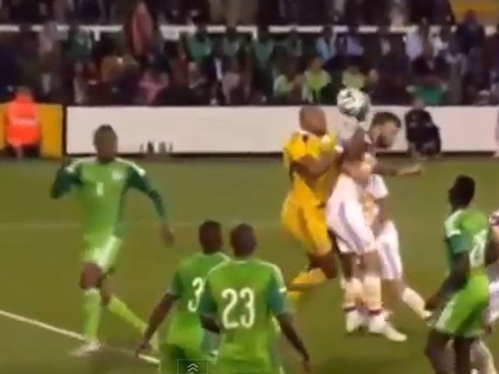 TILSIKTET? Nigerias landslagskeeper Austin Ejide gjorde en manøver av det merkelige slaget i tirsdagens VM-oppkjøringskamp mot Skottland.