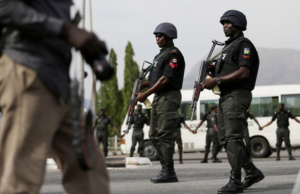 Nigerianske politimenn patruljerer under en protest i byen Abuja torsdag. Demonstranter krever at myndighetene finner de 219 skolejentene som ble bortført av den islamistiske opprørsgruppen Boko Haram i april. Nigerianske myndigheter sier at de vet hvor jentene blir holdt fanget, og at de erklærer «full krig» mot terror.