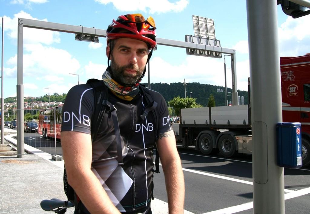 Helge Skotheim sykler på fortauet siden det ikke er malt opp sykkelfelt i Dronning Eufemias gate.