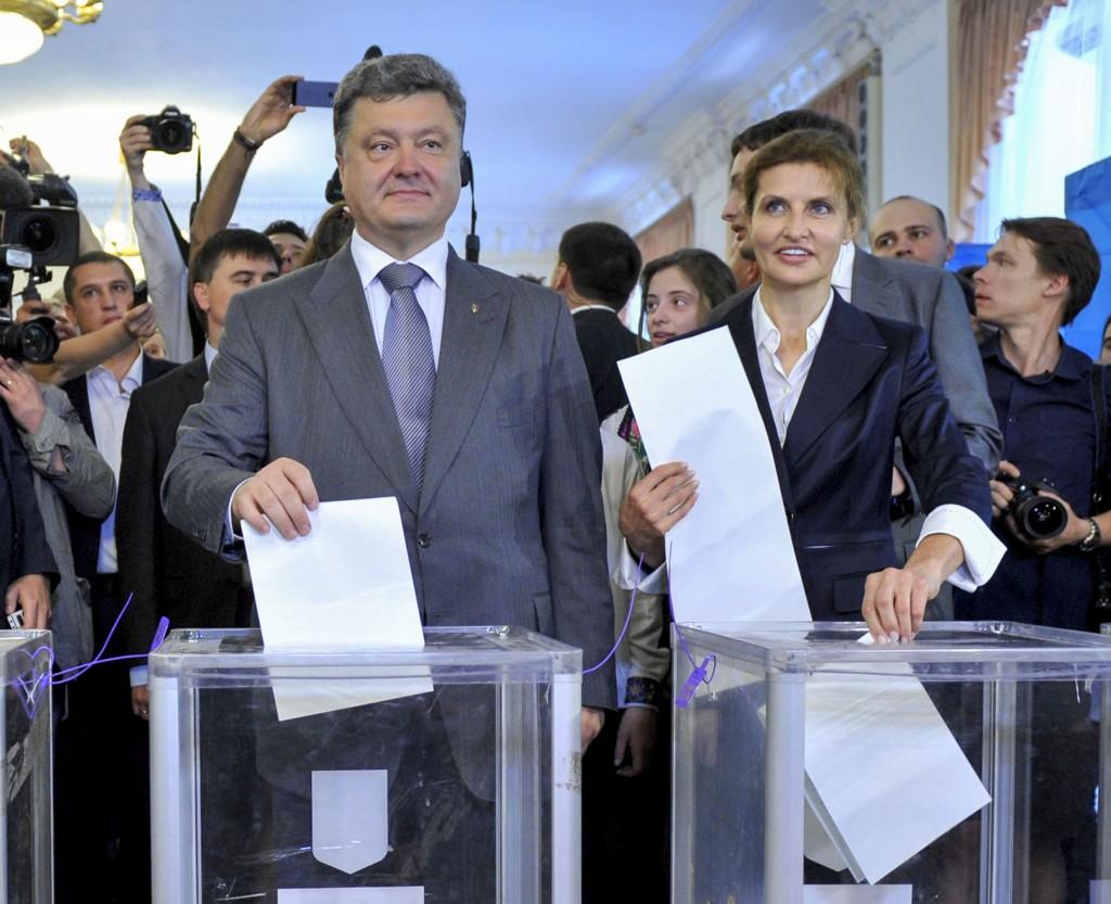 Den ukrainske presidentkandidaten Petro Porosjenko vil henve nedskytingen av et kamphelikopter som drepte alle ombord. Her med sin kone Maryna i hovedstaden Kiev.