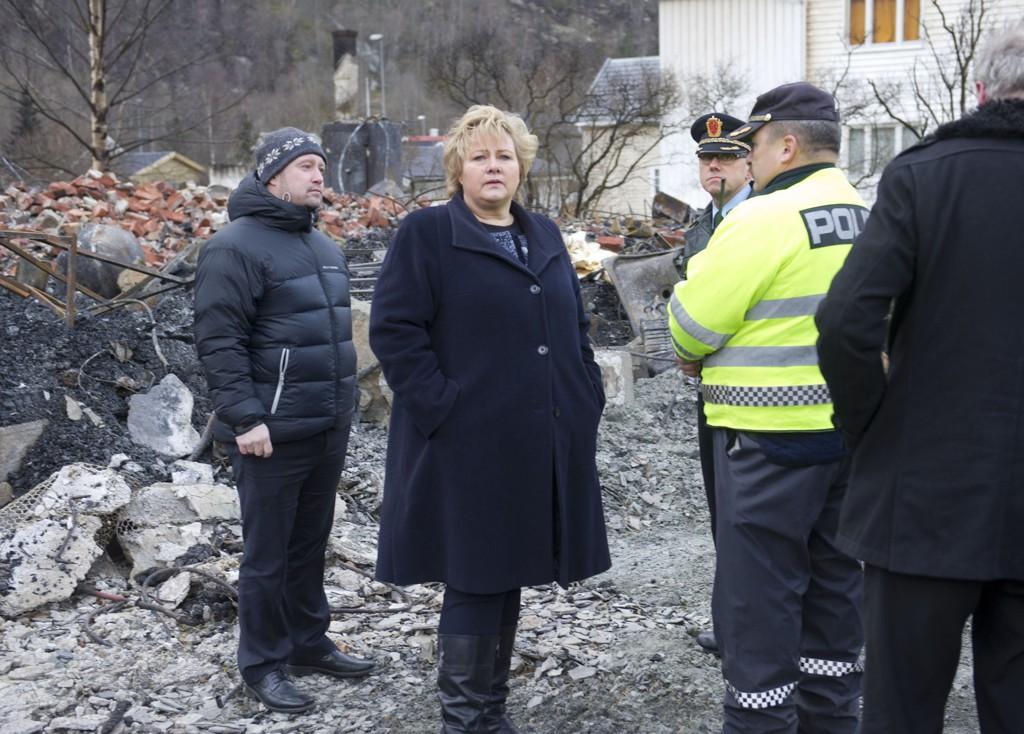 I LÆRDAL: Statsminister Erna Solberg og justisminister Anders Anundsen (t.v.) på branntomta i Lærdal.