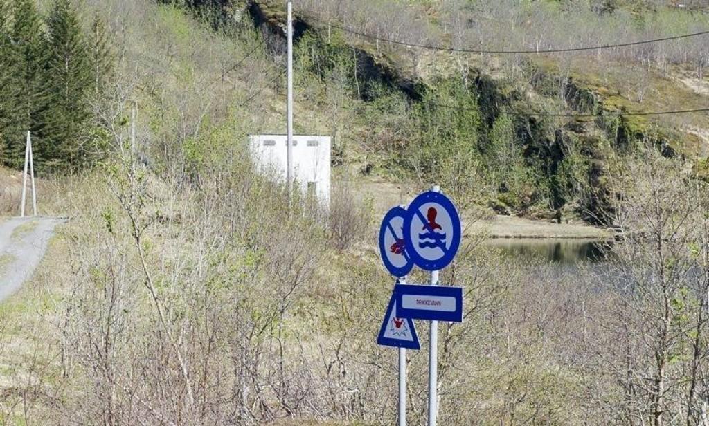 Neverdalsåga kraftverk avgir vann til Hydrodammen, som er Glomfjords eneste drikkevannskilde. En rapport fra Norconsult dokumenterer funn av polysykliske aromatiske hydrokarboner (PAH) og tungmetaller i grunnen under rørgata og i sedimenter i Hydrodammen.