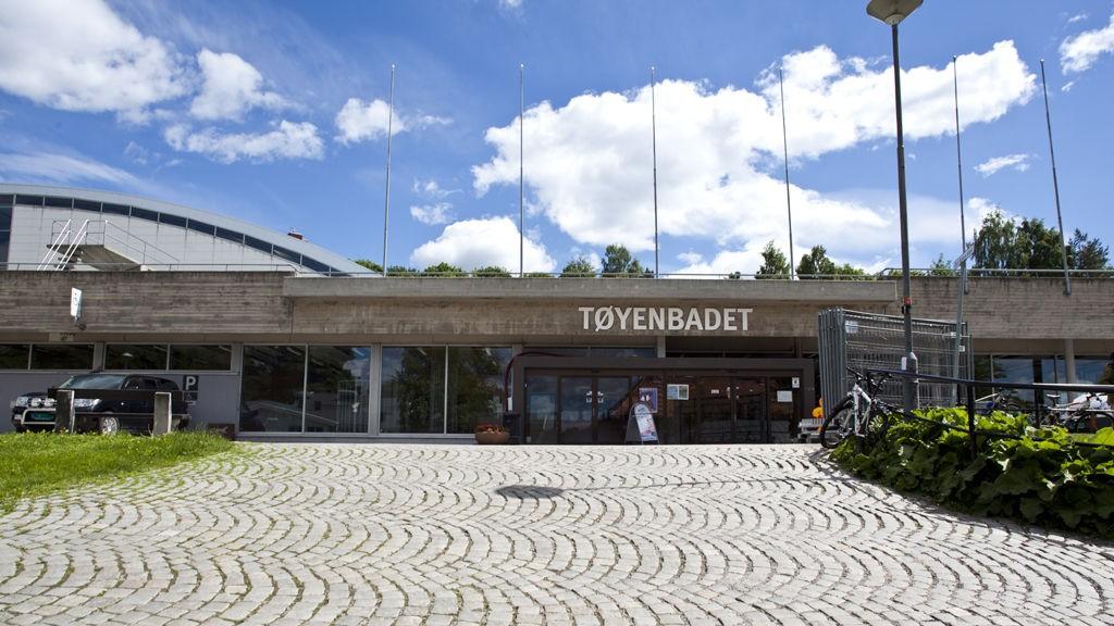 Det var i utendørsanlegget her på Tøyenbadet i Oslo at ulykken skjedde.