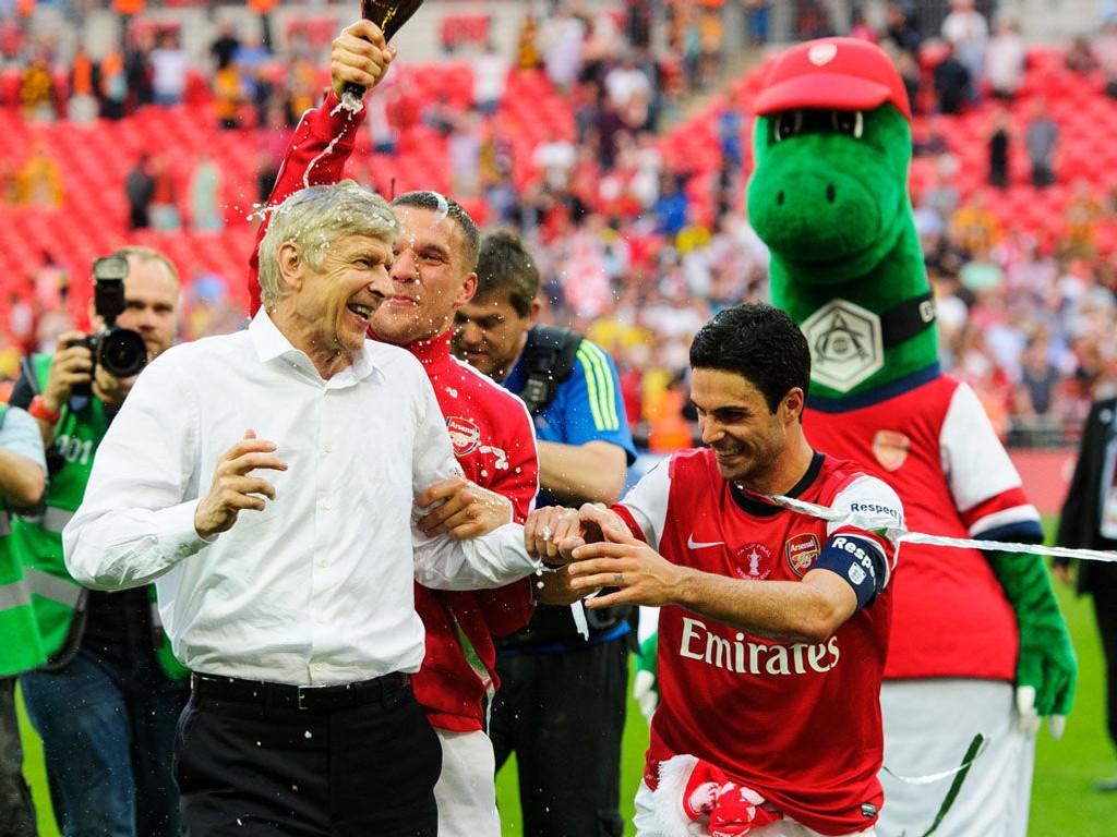 NY KONTRAKT: Arsenal beholder Arsène Wenger som manager de tre neste årene. Her feirer Wenger og spillerne seieren i FA-cupfinalen mot Hull 17. mai.