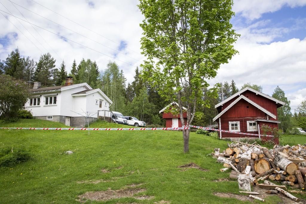 Her på en eiendom i Skogbygda lette kriminalteknikere etter den savnede tidligere i uka.