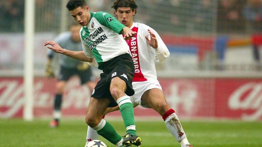 FIKK JULING: Robin van Persie fikk juling av Ajax-fans etter å ha feiret scoring ved å sende slengkyss i deres retning i 2004.