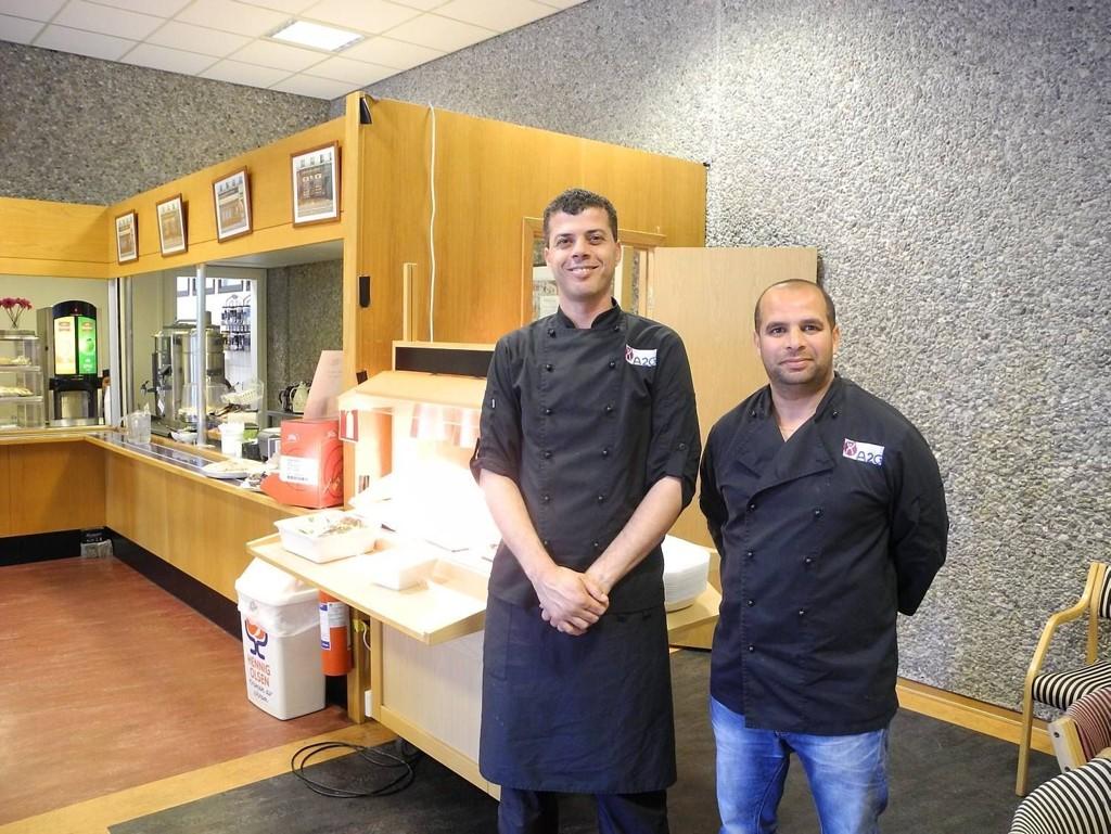 TOMT: Kokk Ashraf Abu Samak (t.v.) og kantinesjef Djamel Bendjaoui har en svært rolig dag på jobb i rådhuskantinen. Foto: Rune Ulvik (Bergens Avisen)