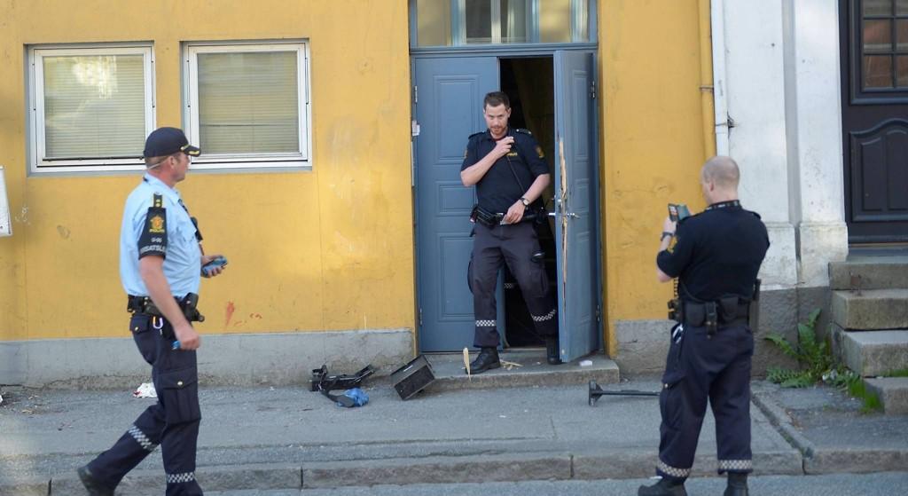 FUNNET BLODIG: En mann lå blodig på gaten utenfor en blokk i Sandviken i Bergen fredag kveld. Foto: Skjalg Ekeland (Bergensavisen)