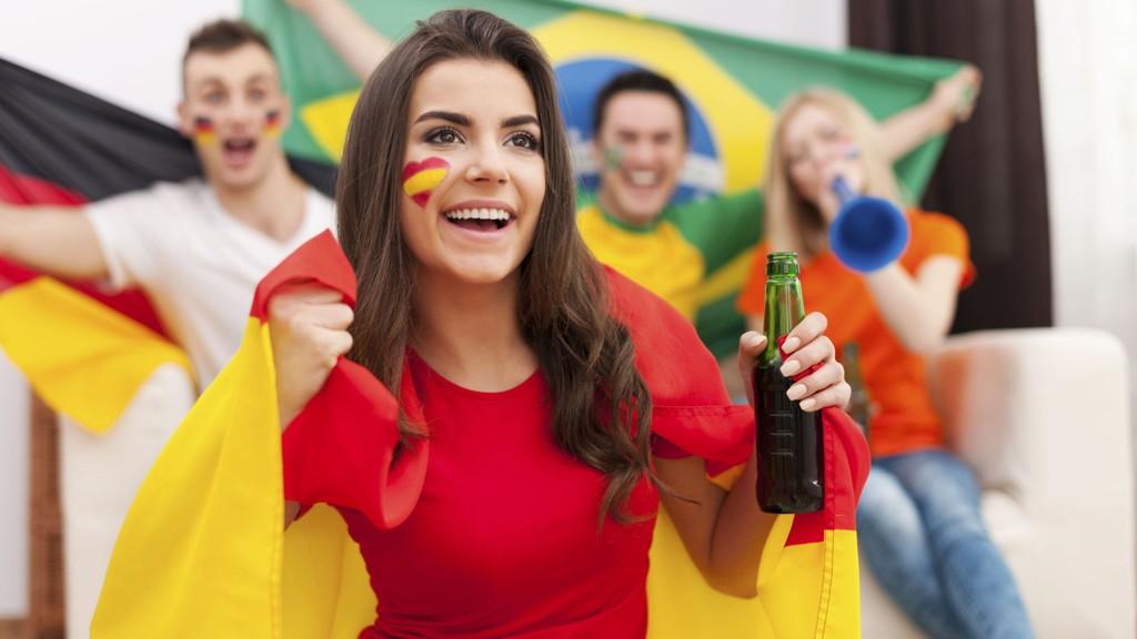 KLAR FOR MORO: Det blir mange timer foran TV-skjermen i sommer for deg som er glad i fotball.