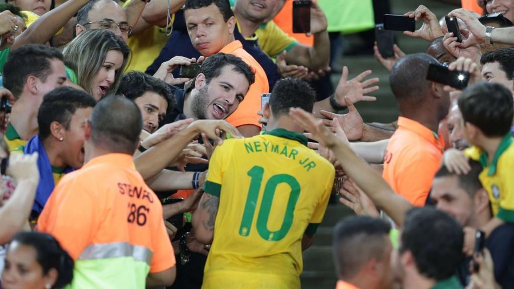 POPULÆR: Neymar er den største fotballhelten i Brasil. Han har et enormt forventningspress på seg fra egne fans under mesterskapet.