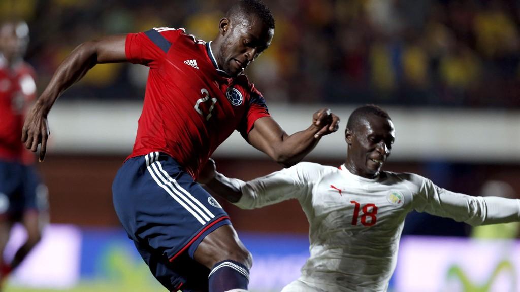 Porto-stjernen Jackson Martinez - her i duell med Senegals Christophe Diedhiou i en privatkamp 31. mai - er en notorisk målscorer som kan skyte Colombia videre fra gruppespillet i VM.