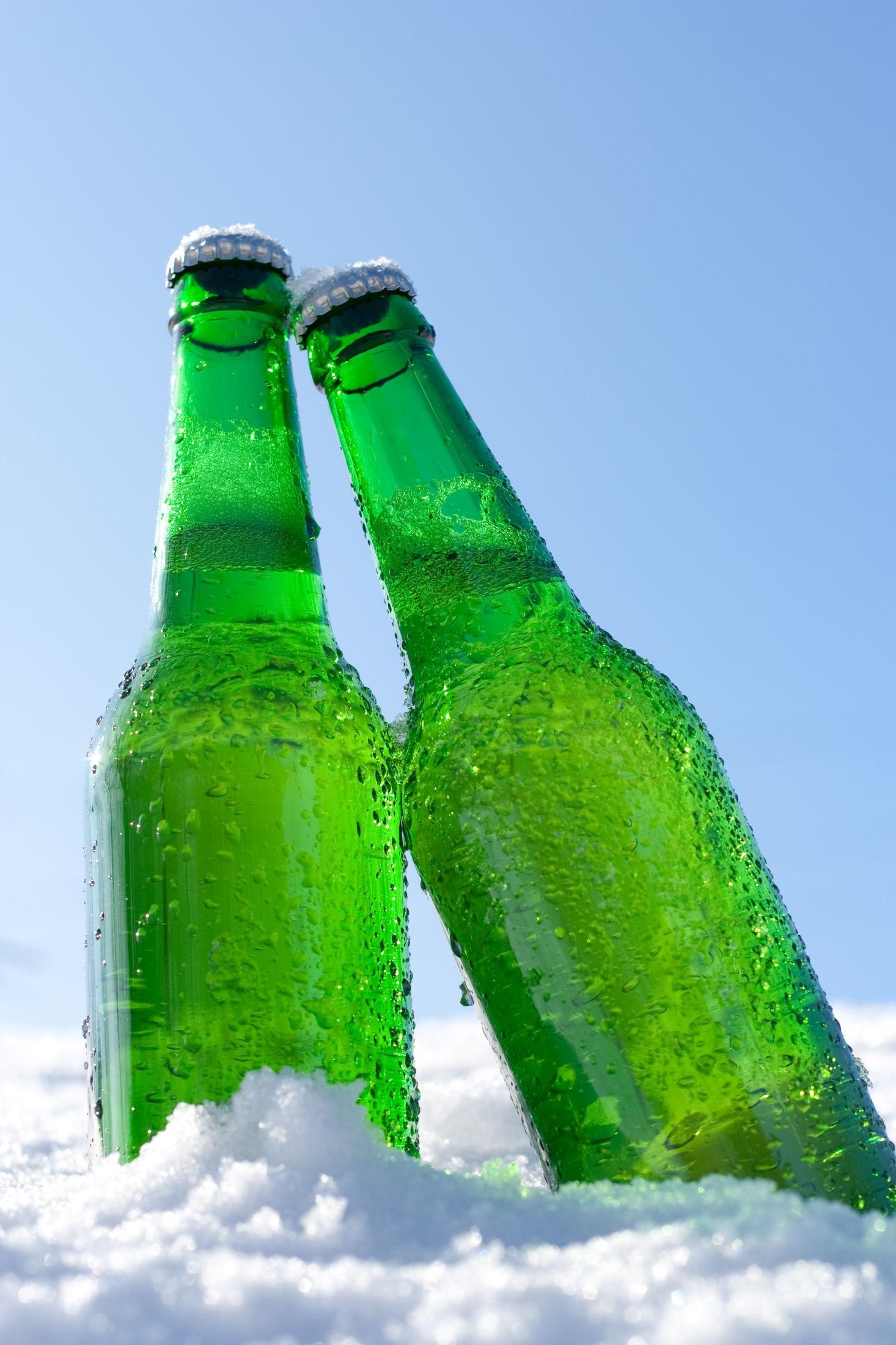 ISKALDT: Under kan du lese lesernes egne tips om hvordan du får avkjølt varm øl raskt. Illustrasjonsbilde.
