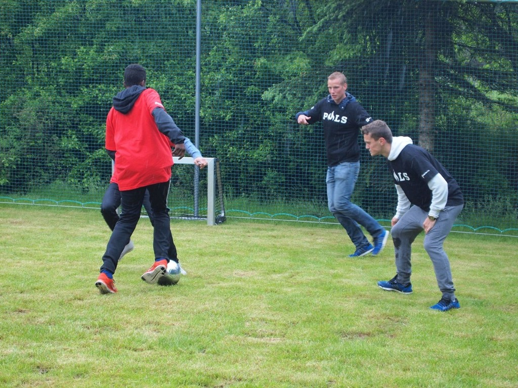 KAMP: Spillere fra Vålerenga og Mortensrud-ungdommen spilte en jevn førsteomgang torsdag, men kampen endte 4-2 til VIF-spillerne. Her er Mohammed Hagi i duell med VIF-gutta.
