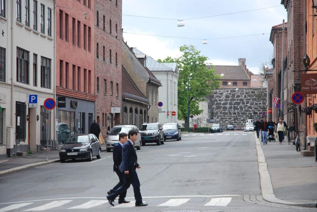 I Nedre Slottsgate, som omtales som«Norskegata», selges det sex på høylys dag. Men færre prostituerte er å se etter sexkjøpsloven trådte i kraft. (Personene på bildet har ikke noe med saken å gjøre).