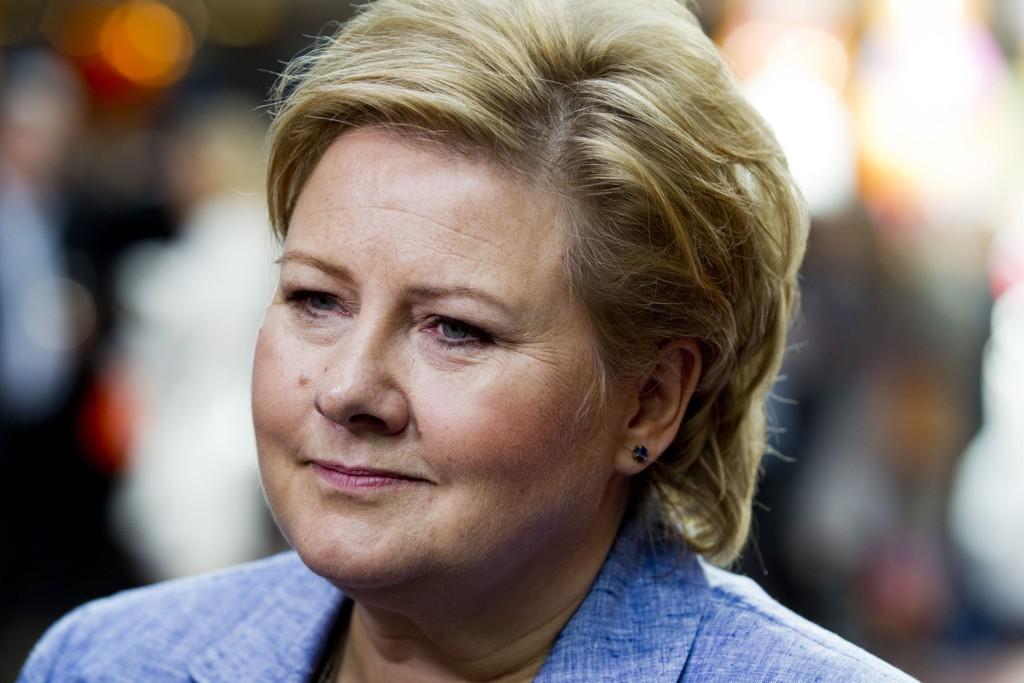 Statsminister Erna Solberg (H) sier de store investeringene som er gjort i den nye veien mellom Volda og Hornindal, var avgjørende for regjeringens beslutning.