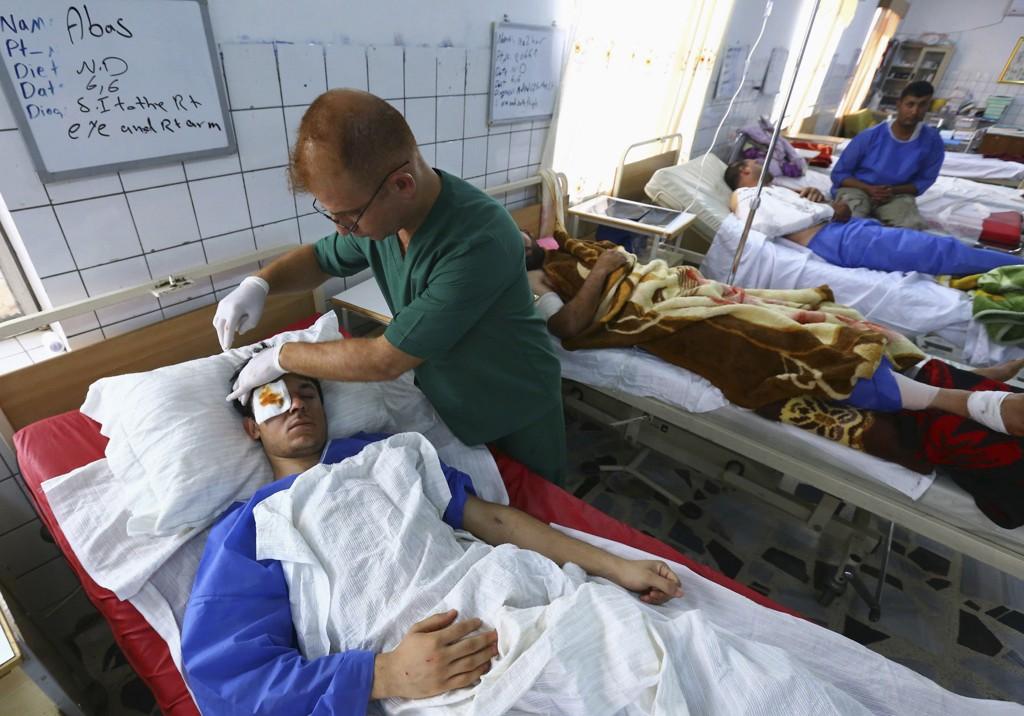 En mann får behandling på et sykehus i byen Arbil etter å ha blitt såret i et selvmordsangrep i en landsby utenfor Mosul før helgen. Kamper mellom irakiske regjeringsstyrker og opprørere har pågått i Mosul i fire dager.
