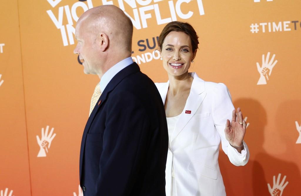 Skuespiller og spesialutsending for FN, Angelina Jolie, sammen med den britiske utenriksministeren William Hague under åpningen av det fire dager lange toppmøtet mot bruk av voldtekt som våpen.