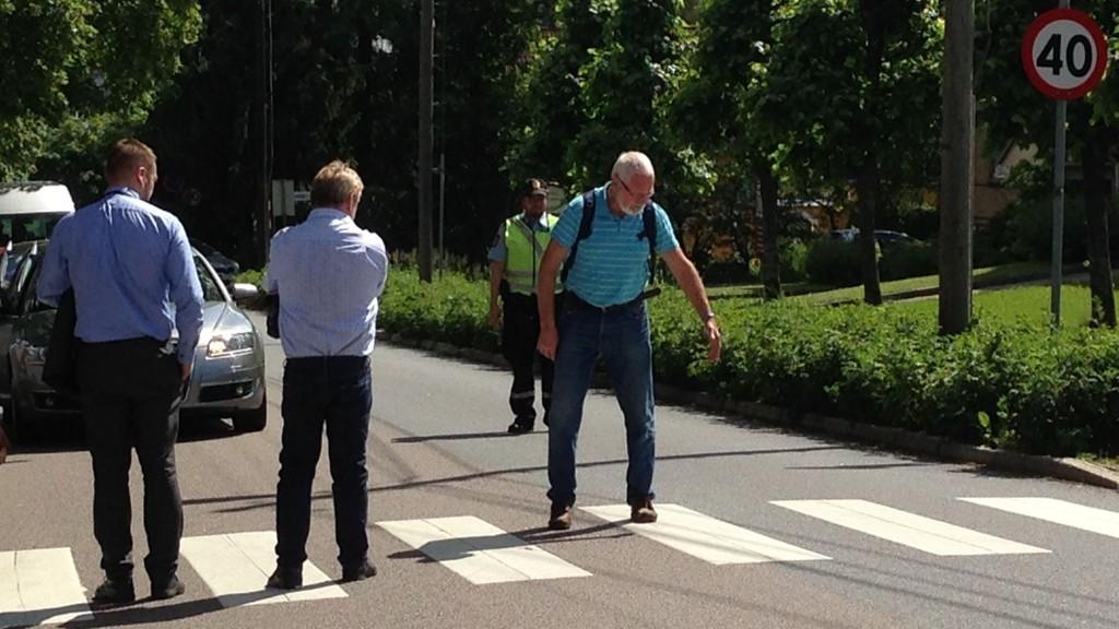 PÅ BEFARING: Tirsdag var Oslo tingrett på befaring ved åstedet der en eldre kvinne omkom. Vitne Oddbjørn Holtebu viser her to av rettens medlemmer hvordan kvinnen gikk over gangfeltet i Teisenveien da den 41 år gamle kvinnen svingte inn i den samme veien.