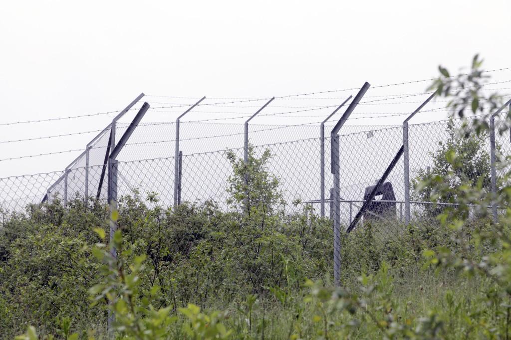 Politiet tror 17-åring klatret over gjerdet på Torp, for så ha klatret opp i hjulbrønnen til et KLM-fly, der han senere døde.