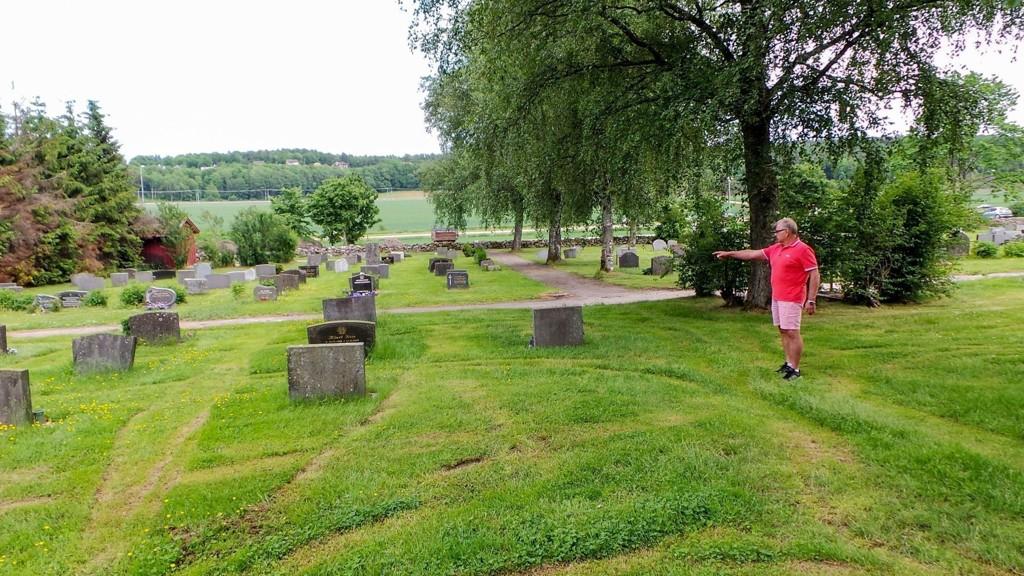 - UVERDIG: Erik Sæther er oppgitt over måten gresset klippes på på Sem kirkegård.