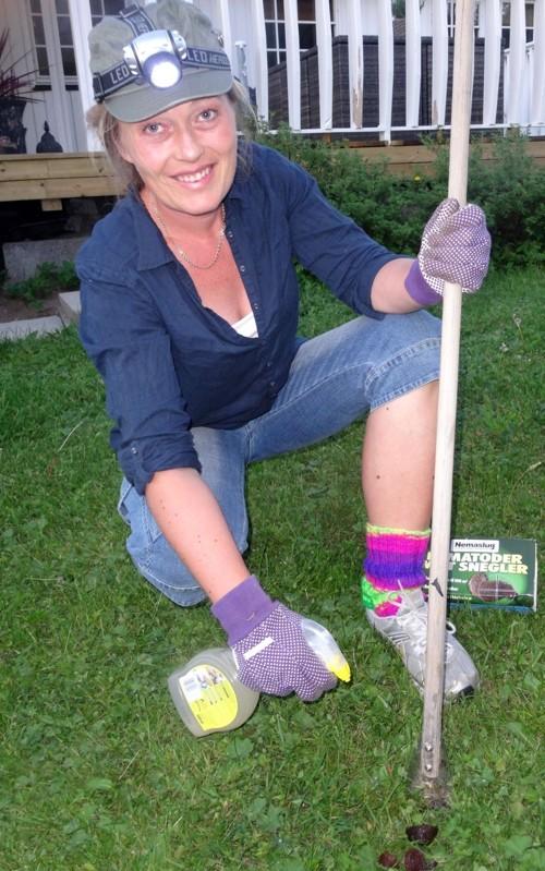 PÅ SNEGLEJAKT: Når mørket har senket seg tar Cathrine Finsrud Stustad på seg hodelykten og går ut for å jakte på mordersnegler i nabolaget på Konnerud. På det meste har hun plukket 1.700 snegler i løpet av noen kveldstimer.