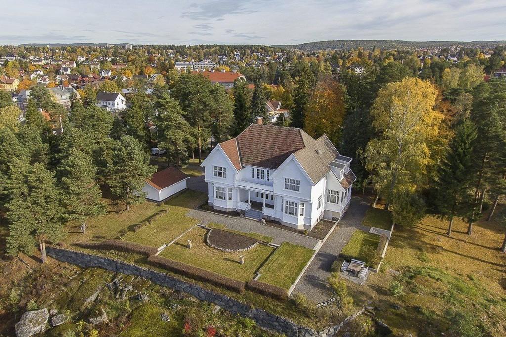 """VILLA """"AASGAARD"""": Til denne boligen i Bjerkelia 17 på Nordstrand hører hele 6,3 mål tomt. Det er helt unikt for Oslo, ifølge megler Anders Langtind i Eie eiendomsmegling."""