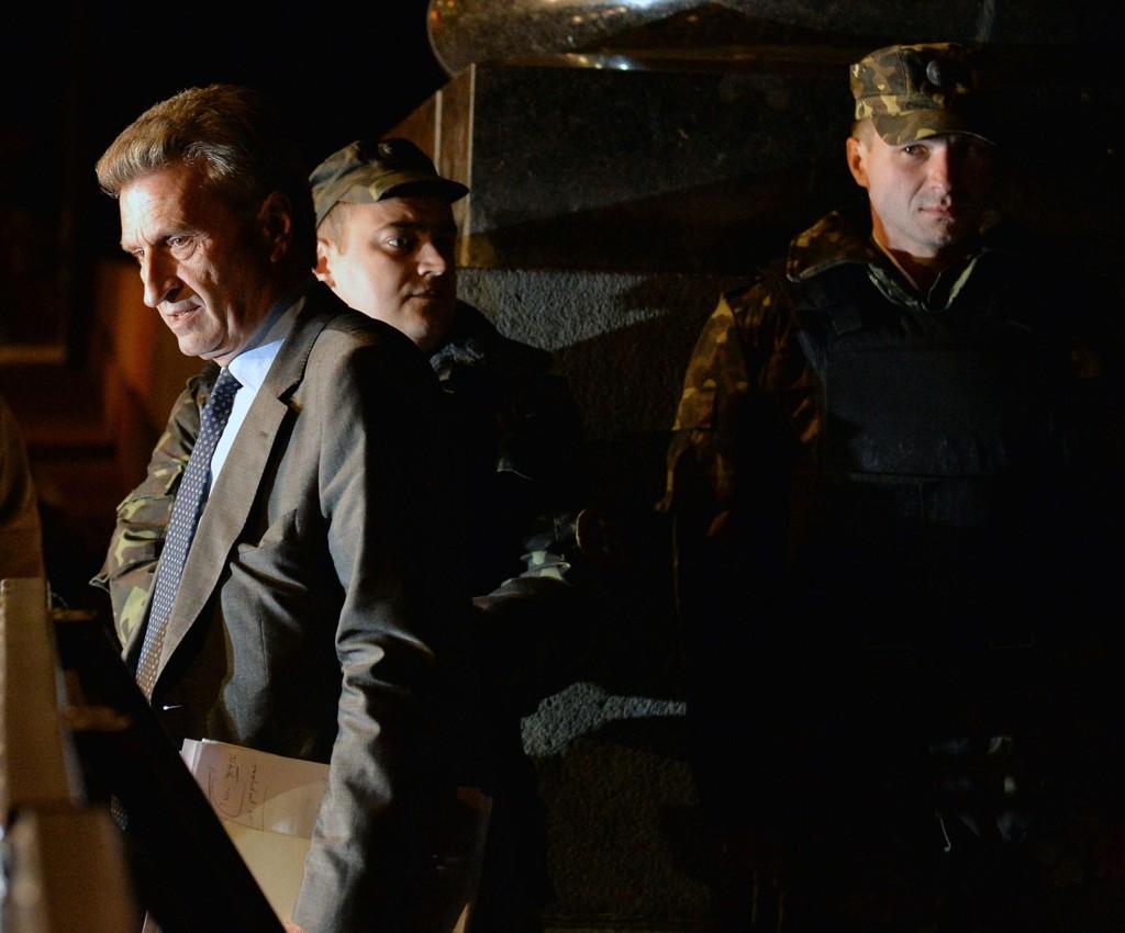 En talsmann for det russiske gasselskapet Gazprom bekrefter at kranen vil bli stengt klokken 08.00 mandag dersom ikke Kiev betaler regningen som tilsvarer 11,7 milliarder kroner. På bildet EUs energikommisær Guenther Oettinger (venstre) etter samtaler med Ukrainas energiminister 16. juni.