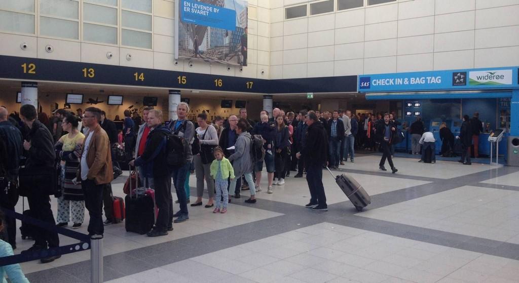 KØ: Køen sto ut av dørene på Flesland like etter klokken 07 mandag morgen. Foto: Anders Nyland (Bergensavisen)