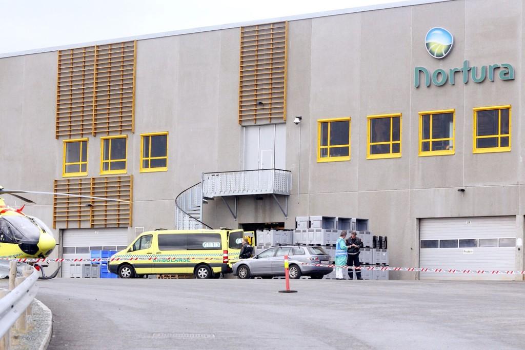 Politi og ambulansehelikopter er på plass utenfor Norturas anlegg på Malvik mandag formiddag etter at en person har omkommet i en arbeidsulykke.