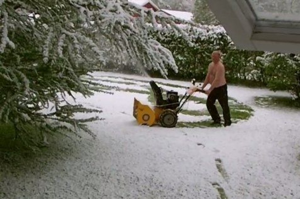 SNØ I JUNI: Mens Carl Balto startet snøfreseren etter snøfallet, gikk Jan-Erik Hansen ut i pysjen på verandaen for å få ut litt frustrasjon. Se video lenger ned i saken.