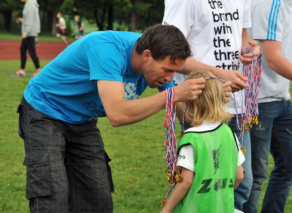 Det var mange glade barn etter medaljeutdelingen som VIF-spillerne stod for. Her er det Morten Berre som deler ut.