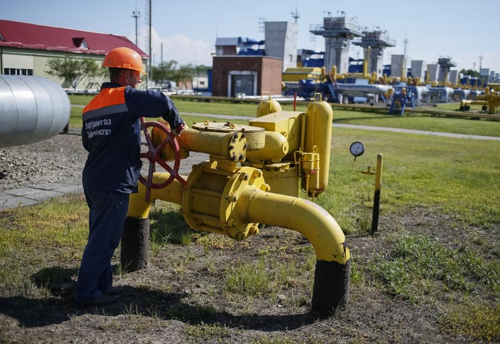 Illustrasjonsbilde: En arbeider skrur på en ventil på et gassanlegg nær Striy vest i Ukraina.