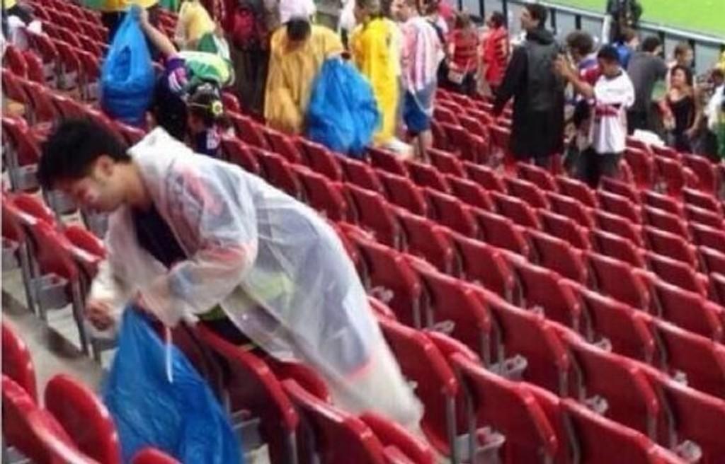 PLUKKET SØPPEL: Japans fans viste gode manerer etter møtet med Elfenbenskysten.