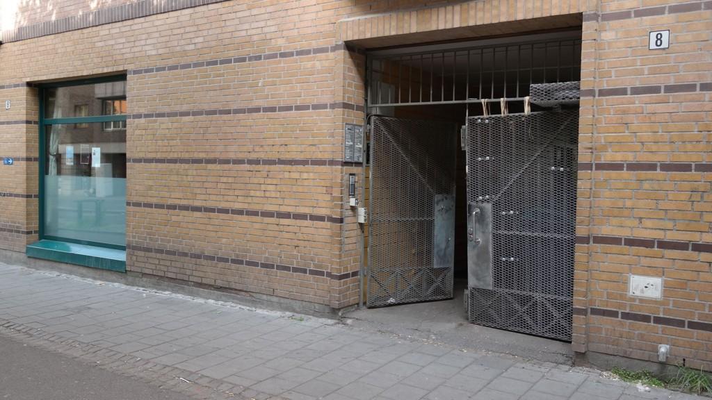 ANGREPET: Utenfor denne bygården på Grønland ble Imam Nehmat Ali Shah angrepet med øks mandag kveld.