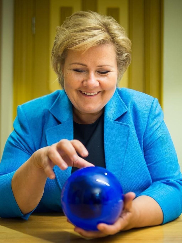 Erna Solberg har grunn til å smile. Hun gikk nettopp nesten 50.000 kroner opp i lønn.