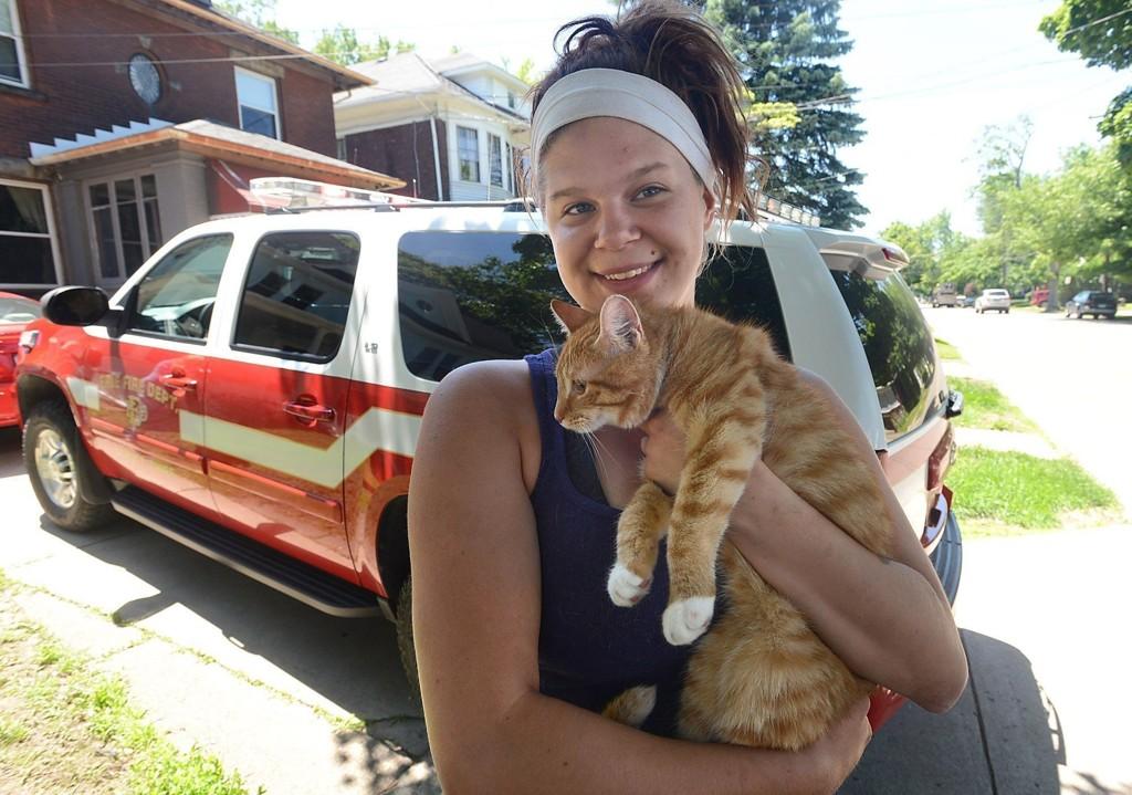 HAPPY ENDING: Begge trengte brannfolkenes hjelp, men etter hvert kom både Tara Dennis og katten seg trygt ned på bakken.