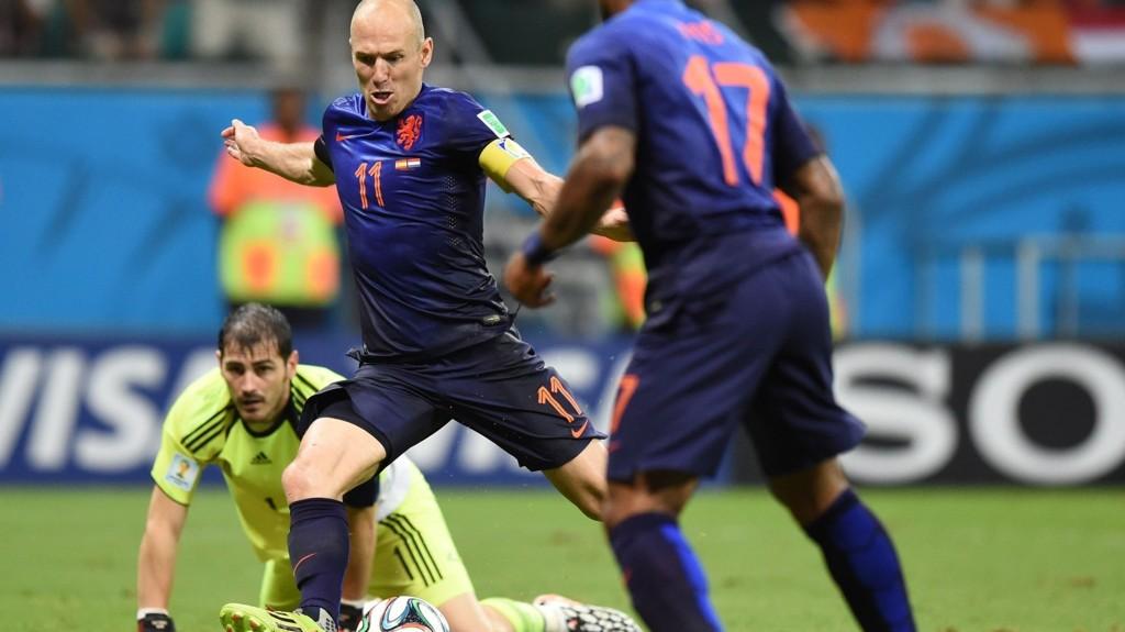 REKORDRASK: Arjen Robben løp fra alt og alle og satte ny verdensrekord da han scoret Nederlands 5-1-mål mot Spania.