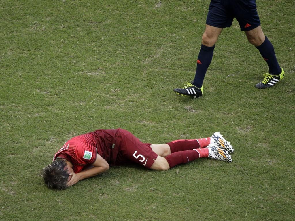 MISTER RESTEN AV VM: Fabio Coentrão må resten av VM fra sidelinjen på grunn av skaden han pådro seg i åpningskampen mot Portugal mandag.