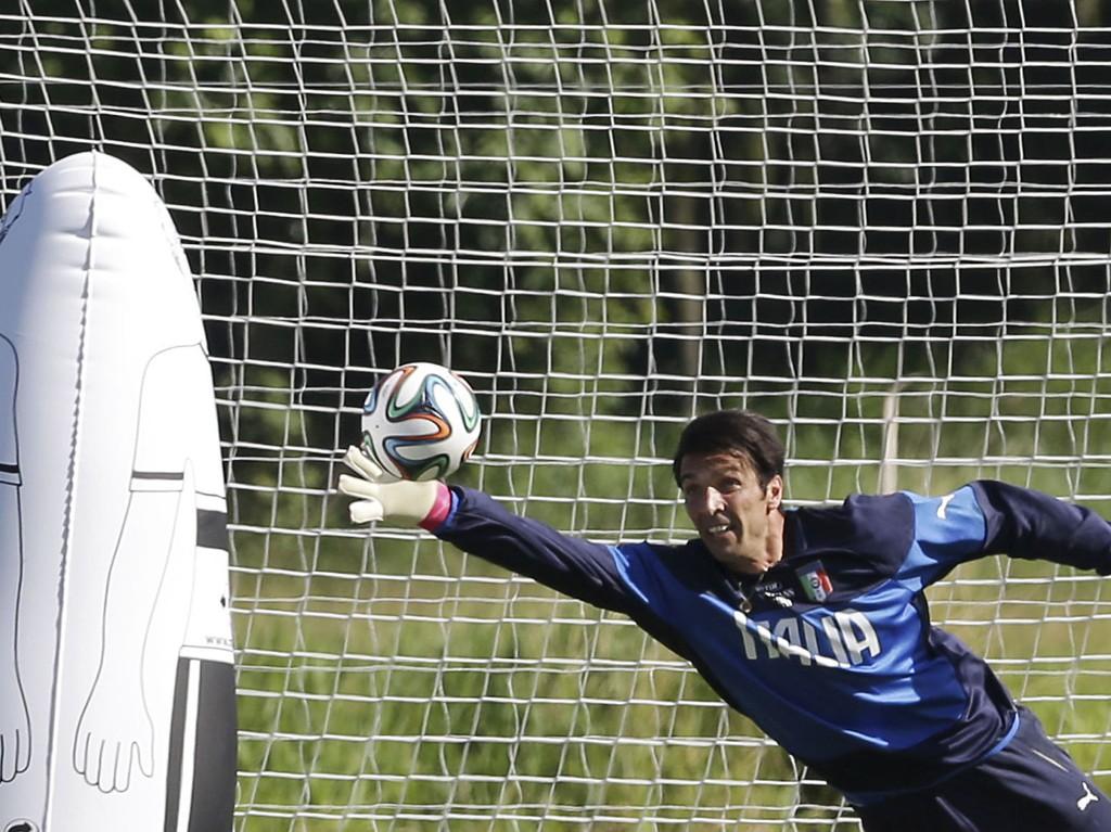 TILBAKE I TRENING: Gianlugi Buffon er tilbake i trening for Italia, men spiller trolig ikke mot Costa Rica.