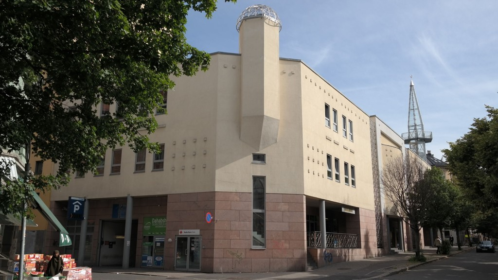 Central Jamaat Ahle-Sunnat moskeen tirsdag formiddag. Leder for moskeen Imam Nahmat Ali Shah ble angrepet og påført livstruende skader av en maskert mann på Grønland i Oslo sent mandag kveld.