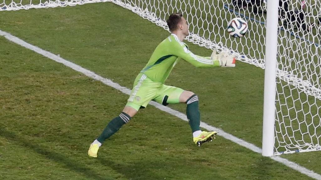 TABBE: Igor Akinfeev rotet ballen i mål mot Sør-Korea. Kampen endte til slutt 1-1.