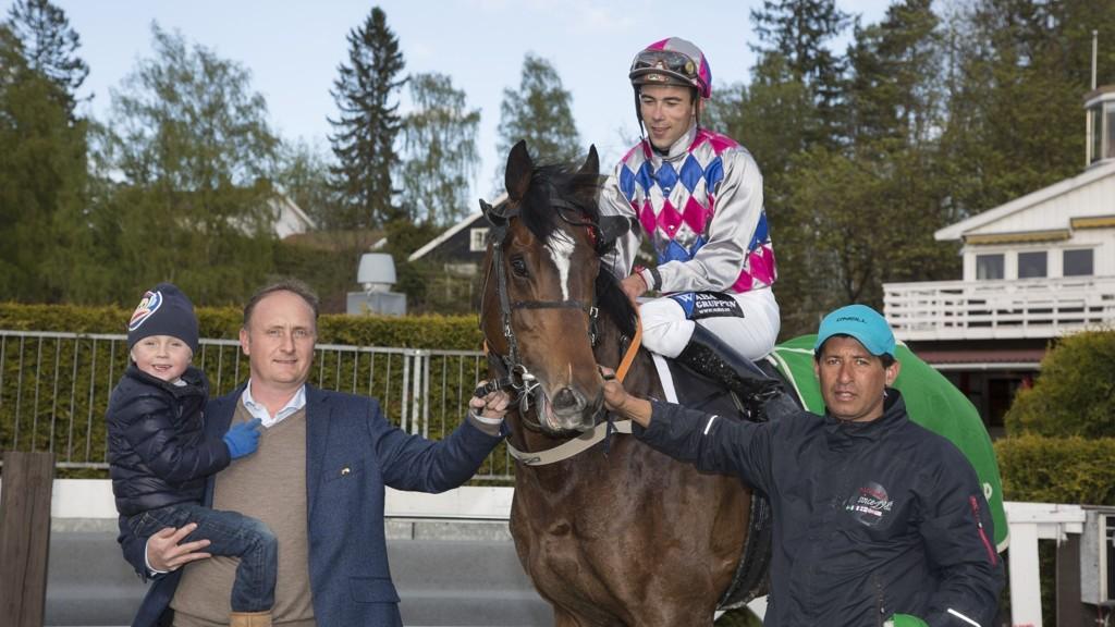 Rafael Schistl med Beentheredonethat flankert av trener Niels Petersen til venstre.